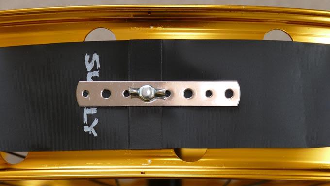 リムテープ/リムストリップをバルブ穴に固定